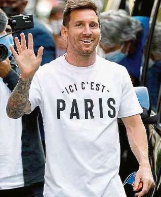 ?? AFP ?? La afición del PSG está que no se cambia por nadie tras el arribo de Lionel Messi al equipo.