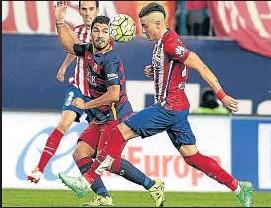 ?? DANI DUCH ?? Suárez batalló pero no estuvo afortunado en el remate a gol