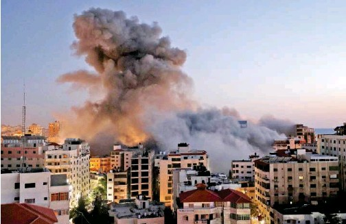 ?? Agence France-presse ?? Smoke billows after an Israeli bombing of the Hanadi compound in Gaza City on Tuesday.