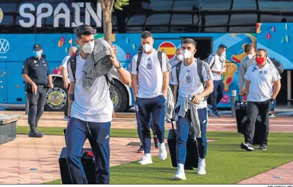 ?? PABLO GARCÍA / RFEF ?? Álvaro Morata agradece los aplausos de los aficionados a su llegada al hotel Eurostar Torre Sevilla junto al resto de sus compañeros.