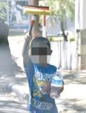 ??  ?? En distintas esquinas de la avenida España se acentúa la presencia de menores de 10 años.