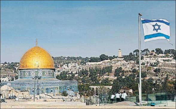 ?? THOMAS COEX / AFP ?? Una bandera israelí ondea en la Ciudad Vieja de Jerusalén, al otro lado de la explanada de las mezquitas, el tercer lugar más sagrado en el islam