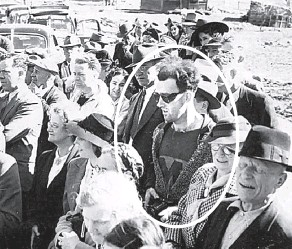 ?? Фото из соцсетей ?? Загадочный кадр из далёкого 1941 г. Среди публики, одетой по моде тех лет, затесался парень «из нашего времени».