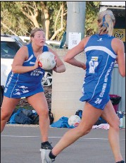 ??  ?? Lucy McInnes passes to Georgie Bruce in a fastpaced game of netball which saw the Roo's girls come out on top.