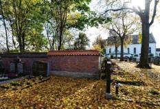 ?? Foto: Marcus Merk ?? Immer mehr Grabstellen auf dem Gersthofer Friedhof bleiben frei. Die Freiflächen sollen künftig so umgestaltet werden, dass der Parkcharakter gefördert wird.