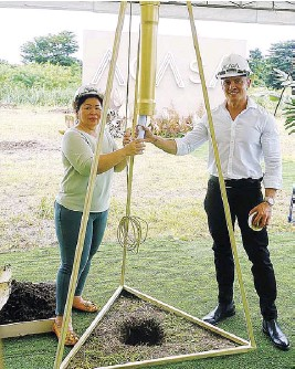 ??  ?? VCDC CEO Victor Consunji and Pretines Real Estate and Management Corporation president and CEO Agustina Garcia bury the site plans in a golden pipe.