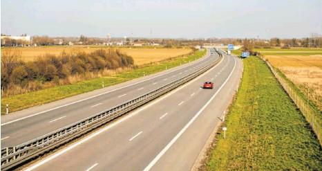 ?? FOTO: BERND FEIL/M.I.S. VIA WWW.IMAGO-IMAGES.DE ?? Leere Autobahnen wegen der Corona-Virus-Pandemie: Wie hier auf der Autobahn A 96 bei Bad Wörishofen wirken sich die Beschränkungen deutlich spürbar aus.