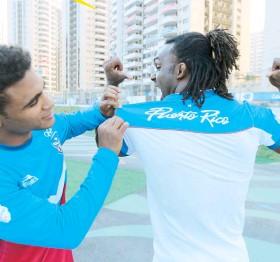 ??  ?? Franklin Gómez bromea con Jaime Espinal en las afueras de la Villa Olímpica, en la zona internacional.