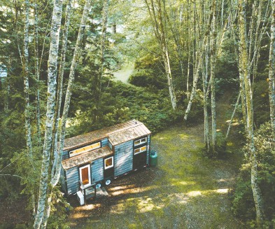 ?? DAMON BERRYMAN / THE CANADIAN PRESS ?? This Coastal Escape tiny home was built in 2018 by Sunshine Tiny Homes in Gibsons, B.C. Company owner Pamela Robertson said she has been struggling to keep up with demand for the homes on wheels since the pandemic hit.