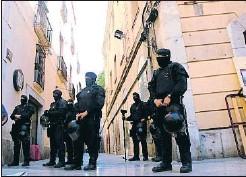 ?? GEMMA SÁNCHEZ / ACN ?? Despliegue policial delante de las fincas desalojadas