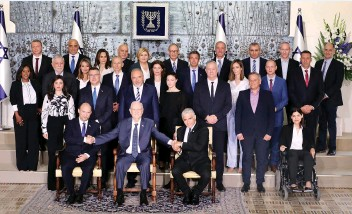 ?? (Marc Israel Sellem/The Jerusalem Post) ?? THE NEW GOVERNMENT poses for an official photo this week with President Reuven Rivlin.