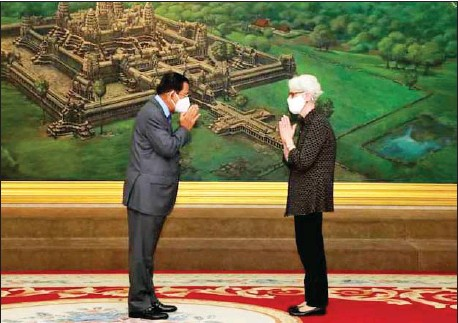 ?? INFORMATION MINISTRY ?? Prime Minister Hun Sen greets US Deputy Secretary of State Wendy R Sherman at the Peace Palace in Phnom Penh on June 1.