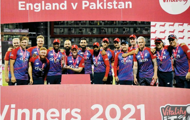?? Associated Press ?? ↑ England players celebrate with the trophy after winning the T20 series against Pakistan.