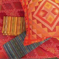 ??  ?? Yakan Weaver Cooperative's colorful pillowcases, table runner, and other home accents made with traditional handwoven textiles.