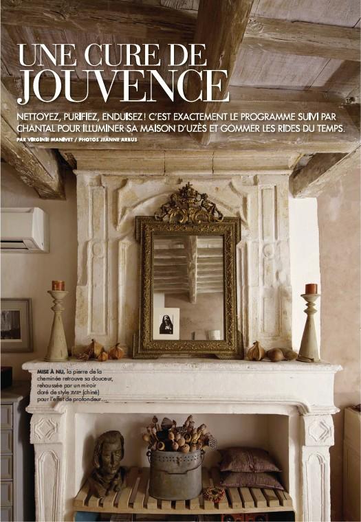 ??  ?? MISE À NU, la pierre de la cheminée retrouve sa douceur, rehaussée par un miroir doré de style XVIIIe (chiné) pour l'effet de profondeur…