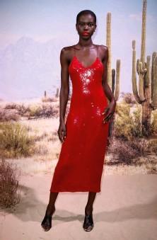 ??  ?? Adut Akech er den nye kampanjemodellen for Valentinoparfymen Born in Rome – og selv er hun født i under krigen i Sør-sudan. Nå har hun hele verden som arbeidsplass.