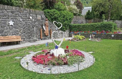 ?? Fotos: Beat Jordi ?? So sieht die Grabstätte für Sternenkinder auf dem Friedhof bei der Michaelskirche aus.