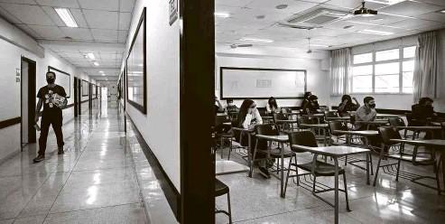 ?? Zanone Fraissat - 3.nov.2020/Folhapress ?? Alunos do ensino médio têm aula presencial no colégio Vital Brazil, no Butantã, em São Paulo