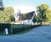 ??  ?? SPARRSÄTRA KYRKA Sparrsätra kyrka är en stenkyrka byggd i början av 1300-talet. Intill kyrkan står ...? ● 1. Kommunens äldsta ek ● X. En klockstapel i trä ● 2. Ett utomhus-altare