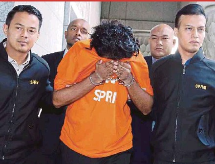 ?? PIC BY AHMAD IRHAM MOHD NOOR ?? The Datuk Seri being taken to the magistrate's court in Putrajaya yesterday.
