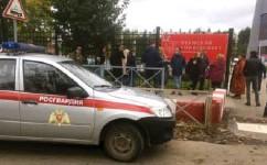 ??      ANASTASIA YAKOVLEVA / AP / NTB ?? Folk samlet seg utenfor gjerdet ved universitetet i Perm der minst åtte personer er drept etter at en person åpnet ild mandag morgen.