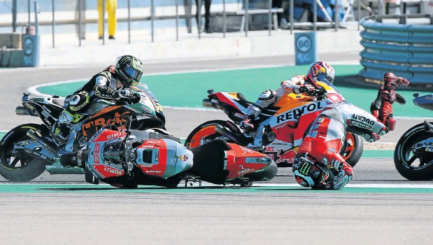 ?? Picture: Reuters ?? Ducati's Jorge Lorenzo crashes during the Aragon Grand Prix in Alcaniz, Spain. Lorenzo still blames world champion Marc Marquez for causing the crash. Marquez took an inside gap, forcing Lorenzo off the race line.