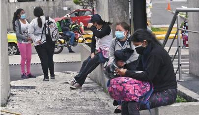 ?? CARLOS GRANJA ?? kFamiliares de pacientes internados esperan afuera del hospital del IESS de Quito, que está saturado.