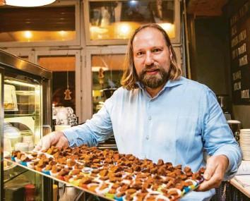 ?? Foto: Sonja Och ?? Anton Hofreiter ist ein Genussmensch. In seiner Freizeit stellt er unter anderem Pralinen her.