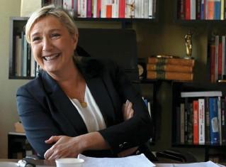 ??  ?? Tout sourire. Marine Le Pen s'apprête à chercher de nouveaux locaux pour son parti, dans le 8e, le 7e ou le 16e arrondissement de Paris, « pour être au plus près de l'Assemblée ».
