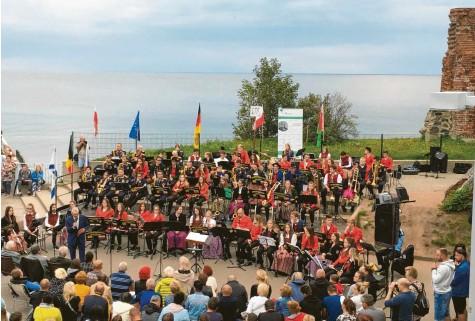 ?? Foto: Franz Alstetter ?? Insgesamt rund 80 junge Musikerinnen und Musiker aus Deutschland, Polen und Weißrussland konzertierten bei einem Festival unter freiem Himmel an der Ostseeküste.