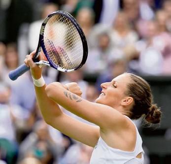 ?? Foto: ČTK ?? Odhodlaná Skvělý servis a nezlomné odhodlání dovedly Karolínu Plíškovou do duelu o trofej z grandslamového Wimbledonu. Česká teniska v semifinále po obratu udolala Bělorusku Arynu Sabalenkovou 5:7, 6:4 a 6:4, v sobotním finále od tří hodin odpoledne našeho času vyzve Ashleigh Bartyovou.