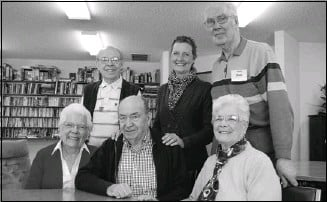 ?? Chris Simnett for Neighbours ?? From left, terry mcdonough, facilitator Bev hillman and volunteer Bob schmaus stand behind marie Cameron, her husband Garey and sheila Priestley during a memory P.l.u.s. alumni meeting.