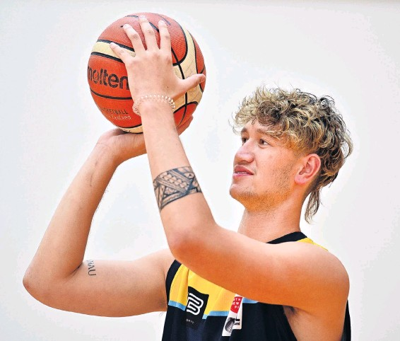 ?? PHOTO LINDA ROBERTSON ?? High hoops . . . Otago Nuggets signing Akiva McBirneyGriffin gets in some practice at the Edgar Centre yesterday.