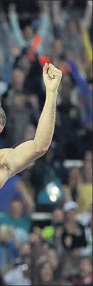 ?? MATT DUNHAM / AP ?? En el aire. Thiago da Silva sobrepasa el listón en 6,03 m para superar al francés Lavillenie y apropiarse del oro olímpico. Su sorprendente triunfo, ante su público, lo incorpora a la iconografía olímpica de los aficionados brasileños