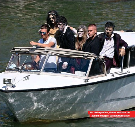 ??  ?? No táxi aquático, atores vestidos de zumbis chegam para performance