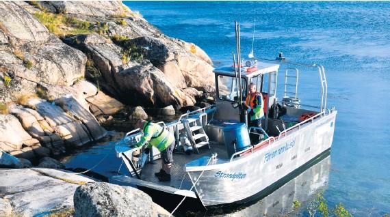 ?? ?? Strandstädarteamet är ute i princip varje dag och kan fylla båten med insamlat skräp flera gånger i veckan.