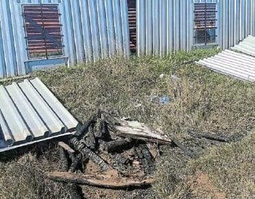 ??  ?? TEMPORARY STRUCTURE: After losing all their belongings in a fire that burnt down their shack last Wednesday, the Jali family is appealing for any form of support that can keep them going