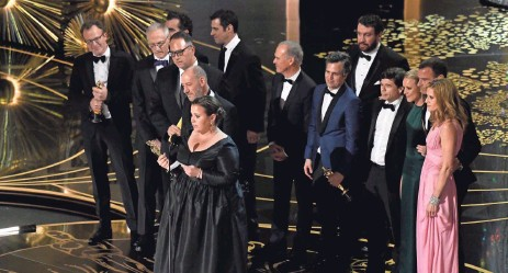?? ROBERT DEUTSCH, USA TODAY ?? Spotlight cast members accept the Oscar for best picture during the 88th Academy Awards on Sunday at the Dolby Theatre.