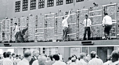 ?? Picture: Robert Botha ?? Prices are manually written on giant blackboards on the old JSE trading floor in Diagonal Street, Johannesburg, in 1987.