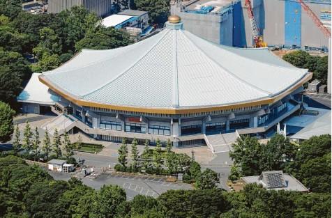 ?? Foto: Kyodo, dpa ?? Die Kampfsporthalle Nippon Budokan in Tokio, in der die Judo‰ und Karatewettbewerbe ausgetragen werden – traditionell medaillenträchtige japanische Sportarten.