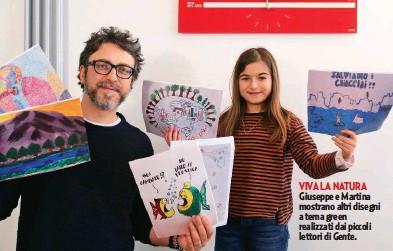 ??  ?? VIVA LA NATURA Giuseppe e Martina mostrano altri disegni a tema green realizzati dai piccoli lettori di Gente.