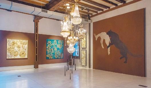 ?? FOTOS PABLO JANTUS ?? Vista de sala. Pinturas de gran formato redean una instalación de arañas estilo Imperio, que ocupa el centro del espacio en la galería Calvaresi.