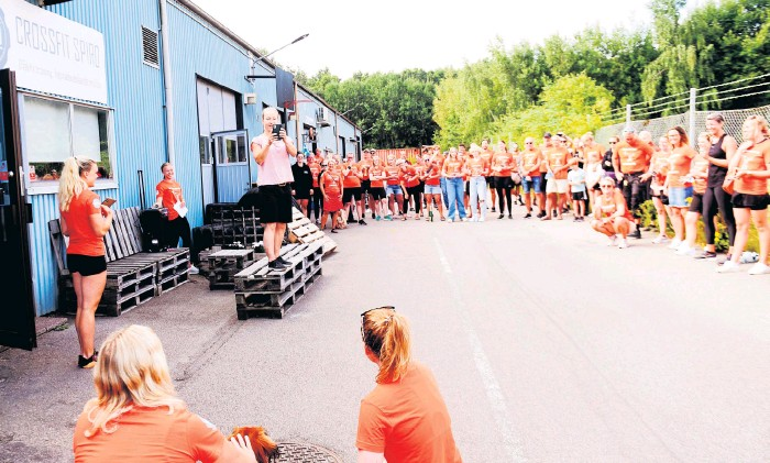 ?? Bild: Lina Salomonsson ?? ulrika Åkerlund, ägare till Crossfit Spiro och inkvalad till stortävlingen games i usa, överraskades av medlemmarna i crossfit-halmstad när de tillsammans samlat in 30 000 kronor till hennes usa-äventyr.