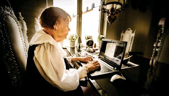 ?? FOTO: STEFAN KÄLLSTIGEN ?? Annelie Sjölin är ordförande i SeniorNet Solna Sundbyberg som lär äldre hur man använder datorn, paddan och internet.