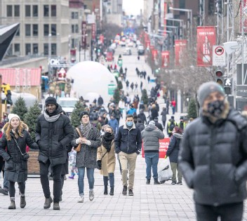 ?? – PHOTO JOEL LEMAY/AGENCE QMI ?? Des gens se promenant sur la rue Sainte-catherine Ouest plus tôt ce mois-ci.
