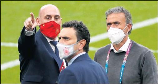 ??  ?? Luis Rubiales, Luis Enrique y Molina charlan antes del partido ante Italia en el césped de Wembley.