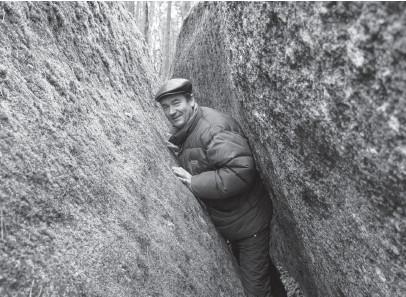 ??  ?? Житель десятитисячного Олевська Віктор пишається сусідством із Камінним селом.