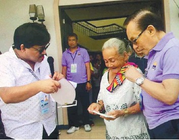 ?? TALISAY PUBLIC INFORMATION OFFICE FOTO ?? OVER A HUNDRED. One-hundredyear-old Francisca Manahan Guda (2nd from right) receives her P50,000 reward from the City Government of Talisay. Another recipient is Rosita Montecillo Codilla, 107, but he could not attend the rites.