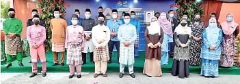 ??  ?? Japlin (centre) with the recipients of the Fama Sabah APC.