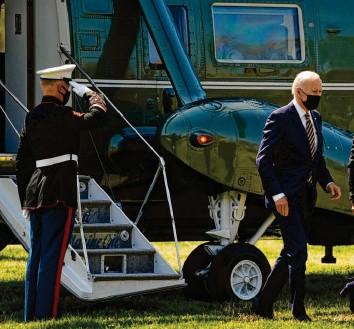 ?? Foto: Evan Vucci, dpa ?? Das Tempo, das Us‰präsident Joe Biden in den ersten Monaten seiner Amtszeit anschlägt, bleibt hoch: Die Ausweisung von zehn russi‰ schen Diplomaten soll Moskau in Zukunft davon abhalten, manipulative Hackerangriffe gegen die USA zu führen.
